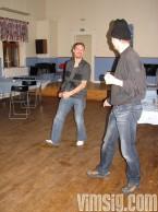 T och B dansar.
