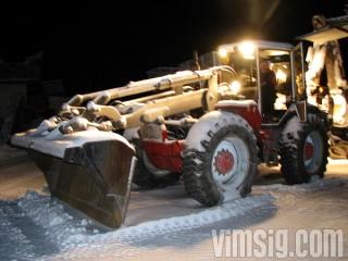 mattias kör traktor