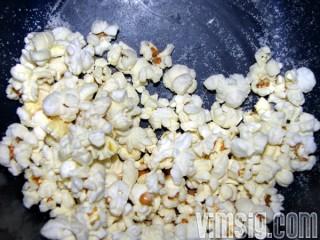 äter popcorn