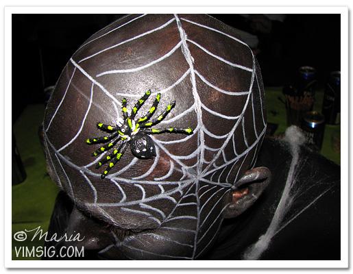 J hade halloween-smyckat huvud