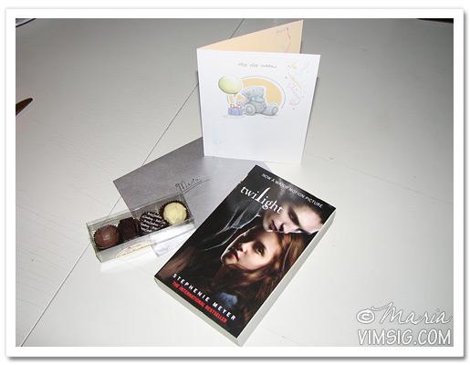öppnar present som kom med posten