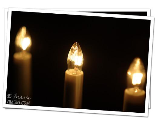 tre ljus av fyra är tända