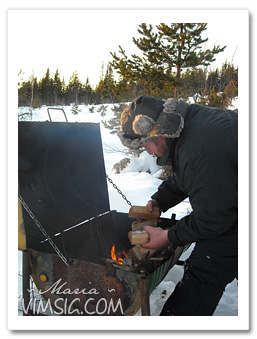 Mattias eldar för grillning.