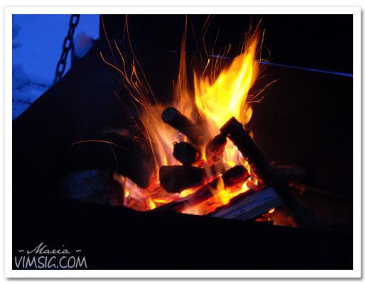 Mattias har gjort eld så att vi kan grilla korv