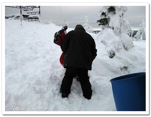 busiga barn lägger man i en snödriva