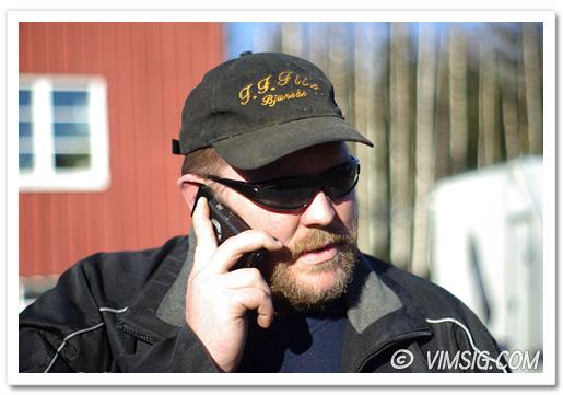 mattias pratar i telefon