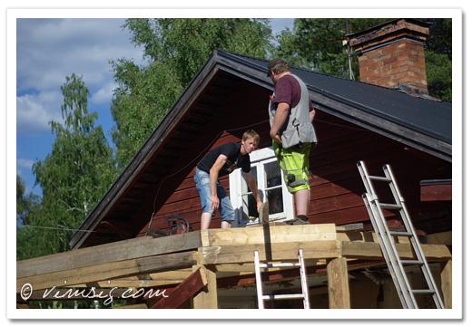 Daniel och Mattias måttar för tak