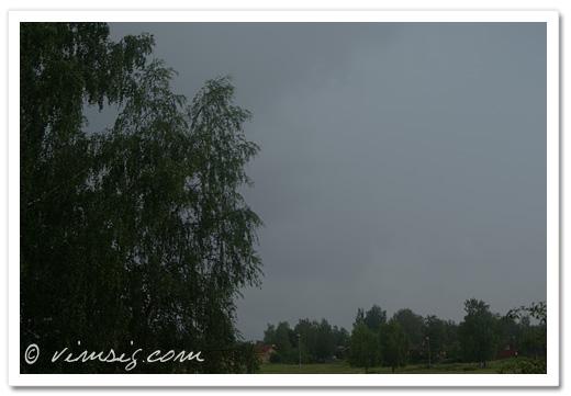 gråa regntunga skyar