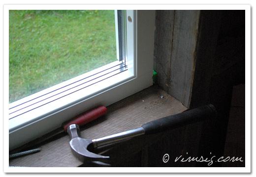 Lasse fixar med fönstren