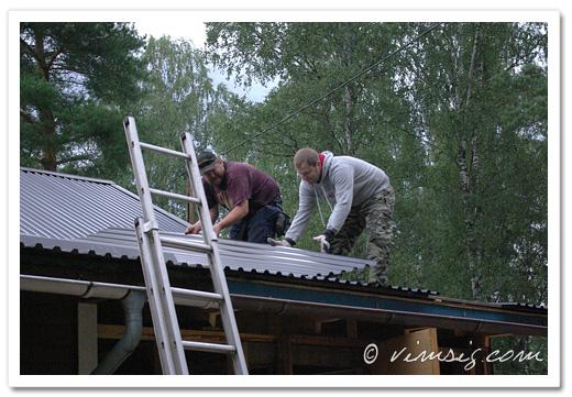 Mattias och Anders lägger på takplåten