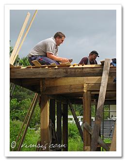 Niclas och Mattias fixar tak på vårt kök