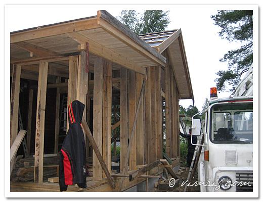 reglad vägg och vindbrädor på plats
