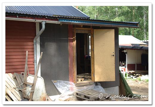 asfaboard uppsatt. dörren ska bytas ut mot ett fönster senare.