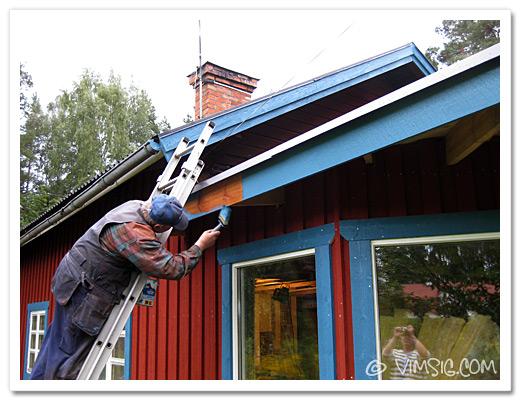 lasse målar takbrädor och vindbrädor