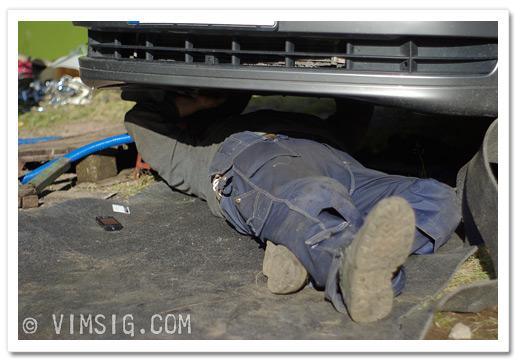mattias ligger under bilen och skruvar