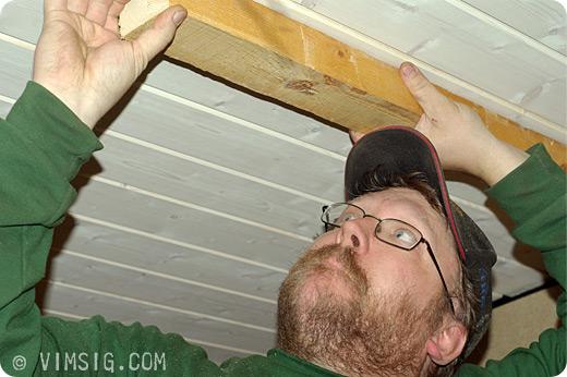 Mattias pysslar med spikregel i taket