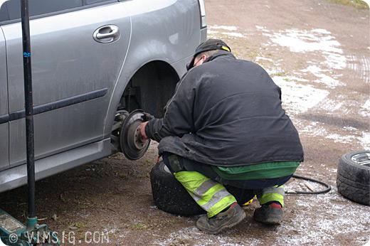 mattias byter däck på bilen