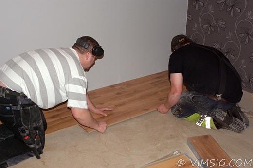 Niclas och Mattias lägger golv