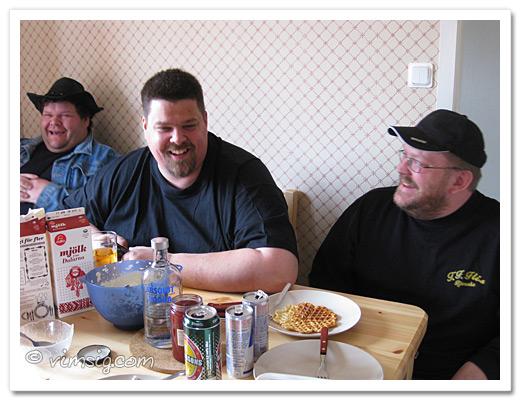 tommy, joco och mattias vid jocos onaturligt höga köksbord