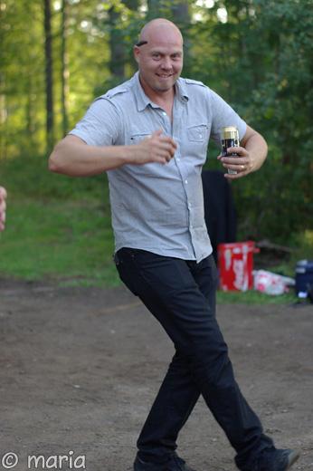 Hannes svänger sina jeansklädda.