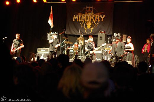 Mimikry spelar Alderland för brudparet.