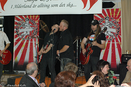 Vietcong Pornsürfers fick sällskap av två femtedelar Mimikry + 1 på scenen.