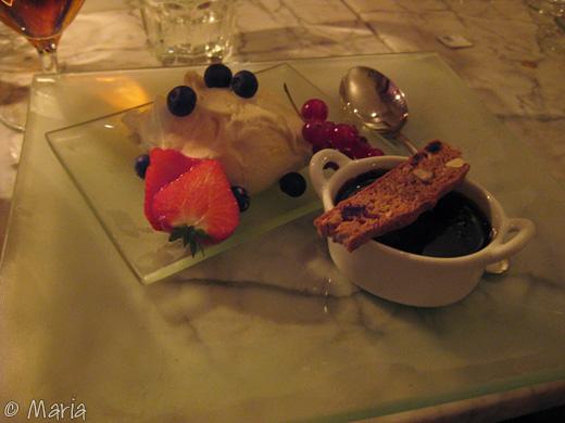 Göttig efterrätt. glass med chokladsås