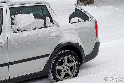 fin bil och mycket snö