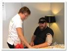 Hälsokontroll hos Scania. Mattias får blodtrycket mätt.