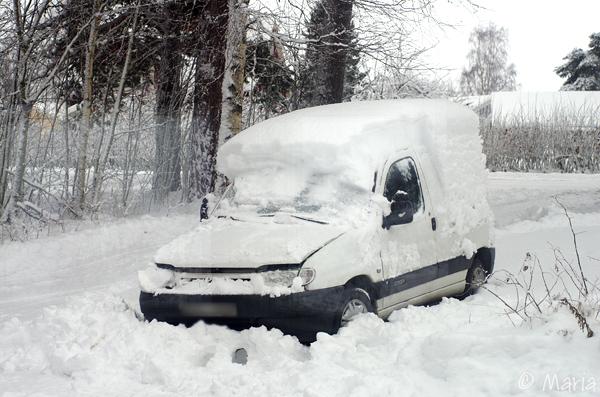 ett stycke översnöad fransk skitbil